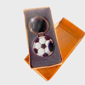 Port-chei in forma de minge de fotbal. Poate fi utilizat si ca desfacator de sticle.